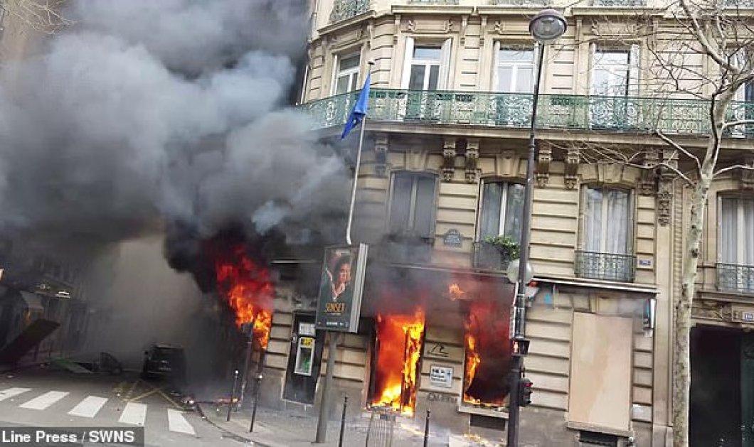 Καρέ - καρέ η στιγμή που η «γαλλική Marfin» τυλίχτηκε στις φωτιές: Παγιδεύτηκαν άνθρωποι στο κτίριο  - Κυρίως Φωτογραφία - Gallery - Video