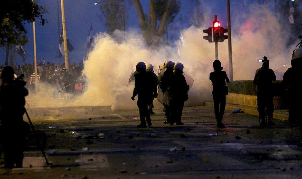 Νύχτα τρόμου και στη Θεσσαλονίκη: Επίθεση κουκουλοφόρων στα ΜΑΤ με 100 βόμβες μολότοφ (φώτο-βίντεο) - Κυρίως Φωτογραφία - Gallery - Video