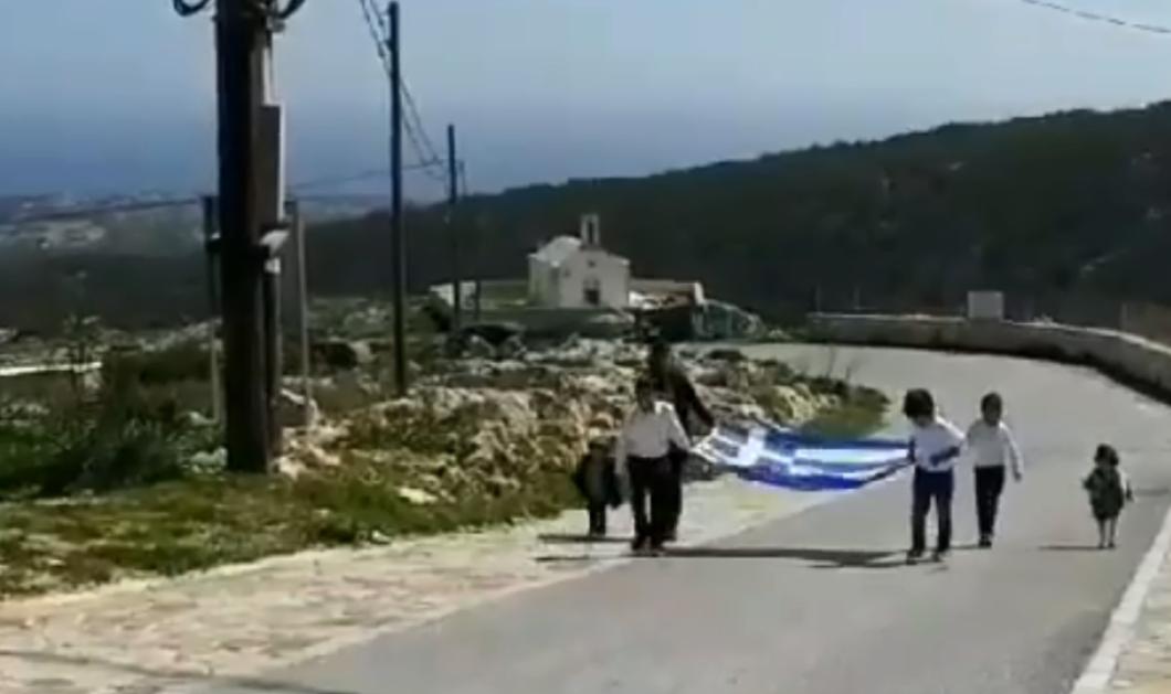 Βίντεο: Η παρέλαση στη Γαύδο συγκινεί: Τεράστια ελληνική σημαία τρεις μαθητές & δύο μπόμπιρες ακολουθούν  - Κυρίως Φωτογραφία - Gallery - Video