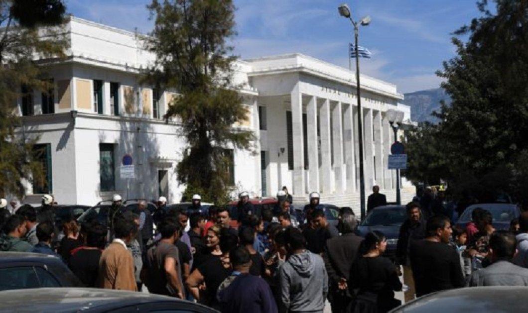 Κόρινθος: Ελεύθερος με περιοριστικούς όρους ο 35χρονος κατηγορούμενος για τη δολοφονία του Ρομά - Ένταση έξω από τα δικαστήρια (φώτο-βίντεο) - Κυρίως Φωτογραφία - Gallery - Video