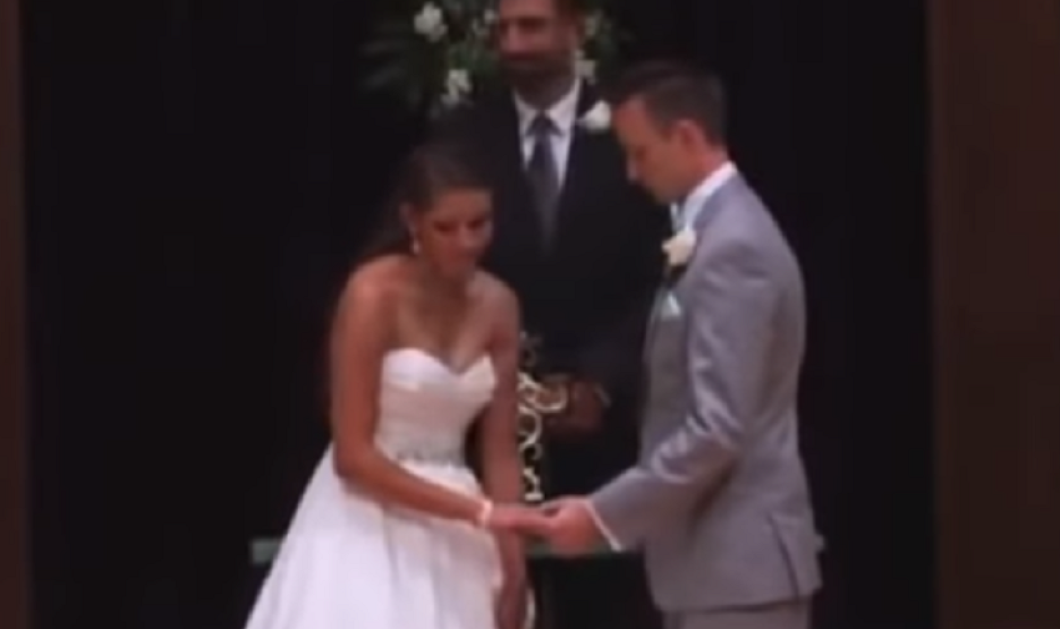 """Βίντεο: Ένας γάμος διαφορετικός από τους άλλους: Η νύφη τραγουδάει """"με τα χέρια"""" και ο γαμπρός συγκινείται  - Κυρίως Φωτογραφία - Gallery - Video"""