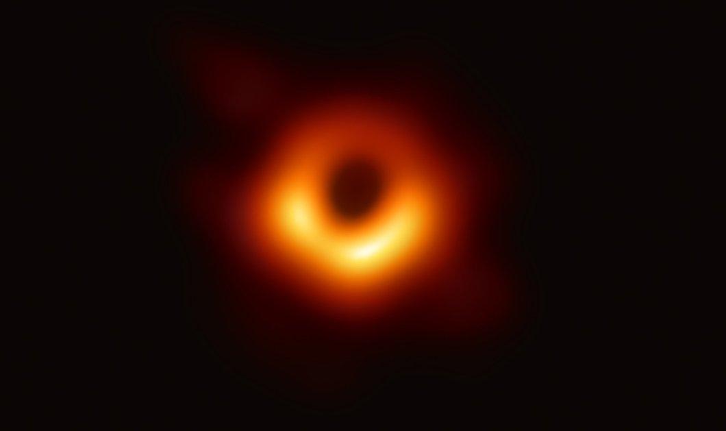 """Εντυπωσιακές εικόνες & βίντεο : Οι επιστήμονες φωτογράφισαν για πρώτη φορά μια """"Μαύρη τρύπα"""" - Ο ρόλος του Έλληνα αστροφυσικού στο κοσμοϊστορικό επίτευγμα - Κυρίως Φωτογραφία - Gallery - Video"""