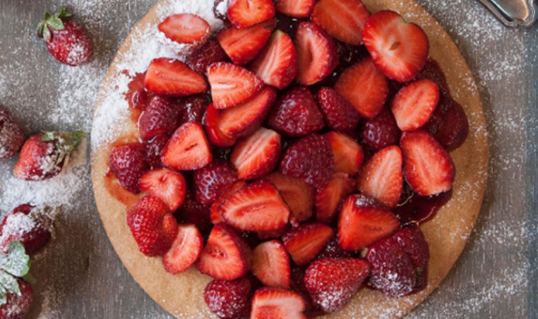 Ο Στέλιος Παρλιάρος μας δείχνει πως να φτιάξουμε μια ζουμερή - γλυκιά πίτα με φράουλες - Κυρίως Φωτογραφία - Gallery - Video