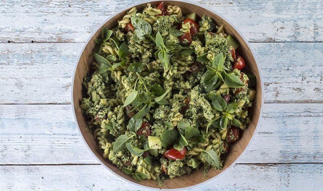 Βίντεο: Ο Άκης Πετρετζίκης δημιουργεί την πιο νόστιμη σαλάτα - Με ζυμαρικά & σάλτσα πέστο     - Κυρίως Φωτογραφία - Gallery - Video
