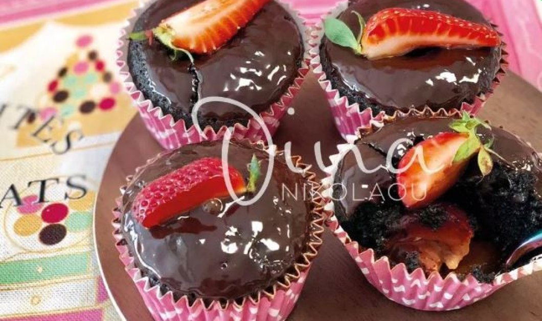 Ντίνα Νικολάου: Μας φτιάχνει σοκολατένιους πειρασμούς – Brownies cupcakes γεμιστά με φράουλες - Κυρίως Φωτογραφία - Gallery - Video