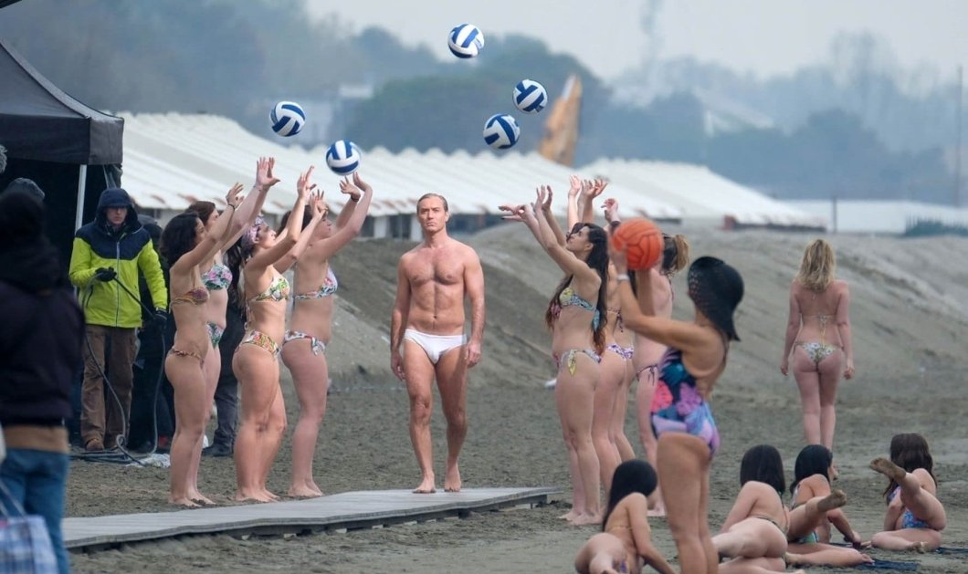O Jude Law δείχνει το καλογυμνασμένο του κορμίστα γυρίσματατου «The new Pope»- Ημίγυμνακορίτσια παίζουν γύρω του βόλεϋ! - Κυρίως Φωτογραφία - Gallery - Video