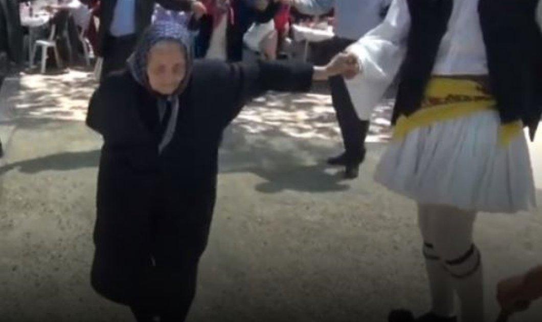 Βίντεο: Η γιαγιά χόρεψε ένα τσάμικο στη Σκάλα Ναυπακτίας που έγινε viral - Κυρίως Φωτογραφία - Gallery - Video