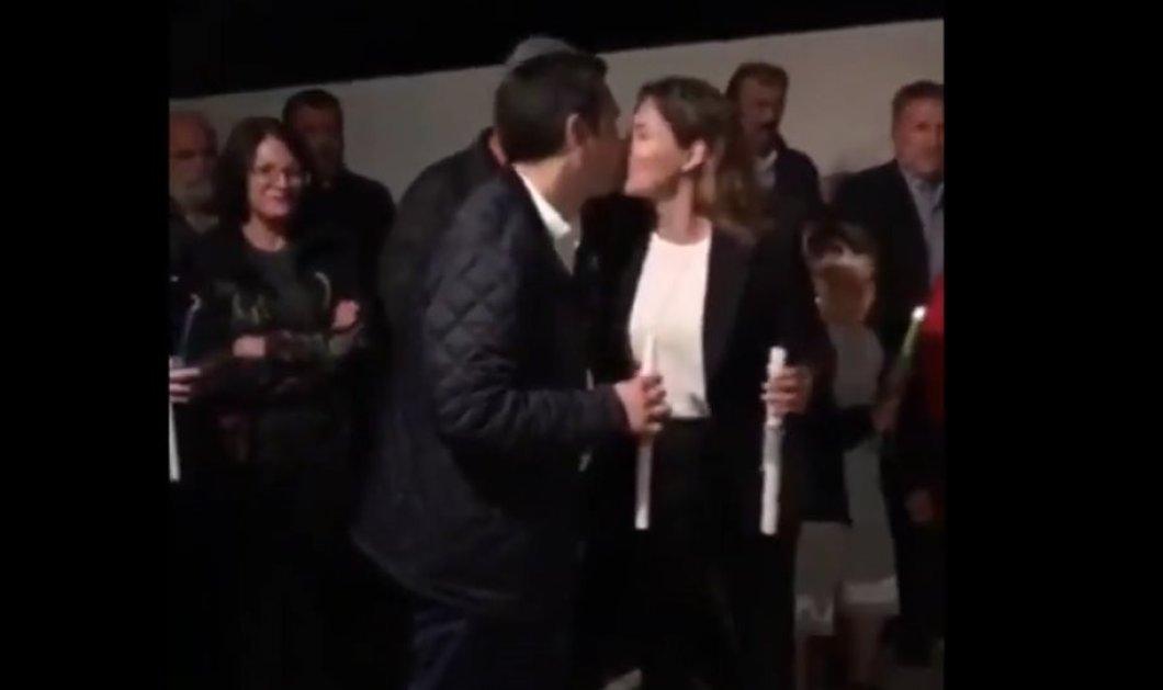 """Το """"φιλί της αγάπης""""  του Αλέξη Τσίπρα στην Περιστέρα Μπαζιάνα για το """"Χριστός Ανέστη"""" - Δείτε το βίντεο & τις selfies του πρωθυπουργού - Κυρίως Φωτογραφία - Gallery - Video"""
