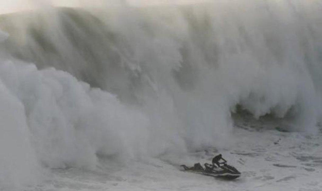 Διάσωση σέρφερ που κόβει την ανάσα: Παλεύουν με τα κύματα  -Το jet ski & ο αθλητής χάνονται μέσα στο νερό - Κυρίως Φωτογραφία - Gallery - Video