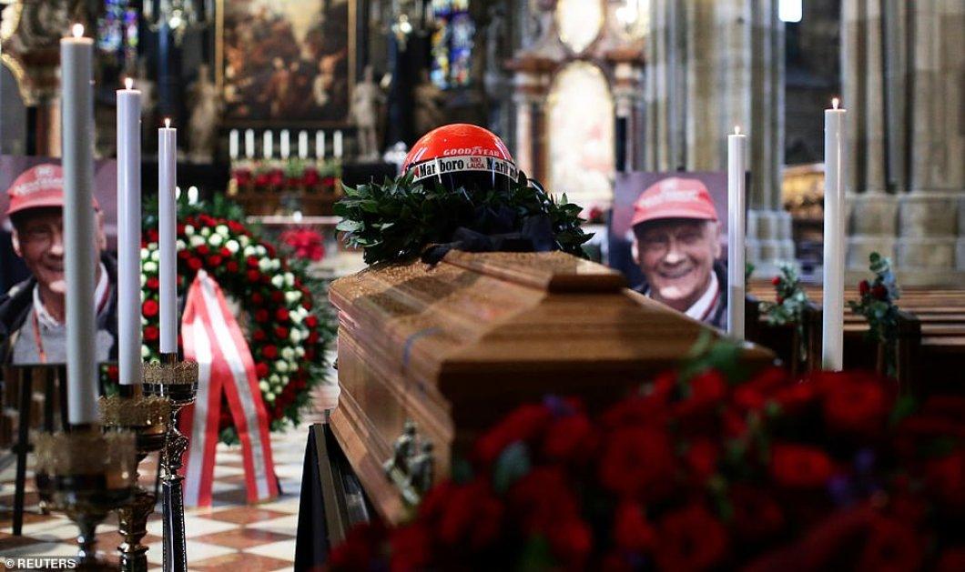 """""""Τον αγαπούσαμε & τον θαυμάζαμε"""": Ο Άρνολντ Σβαρτσενέγκερ & εκατοντάδες κόσμου αποχαιρέτησαν με οδύνη τον θρύλο της Formula1 Νίκι Λάουντα (φώτο) - Κυρίως Φωτογραφία - Gallery - Video"""