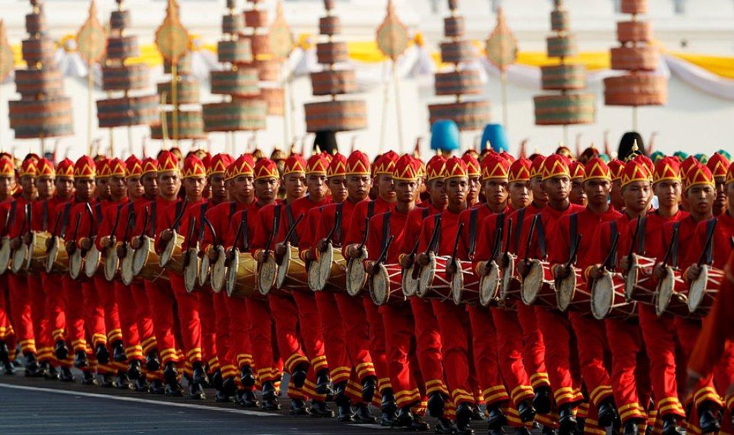 Γέμισαν με κόσμο οι δρόμοι της Μπανγκόκ για την παρέλαση του Μάχα Βατζιραλονγκόρν (φώτο) - Κυρίως Φωτογραφία - Gallery - Video