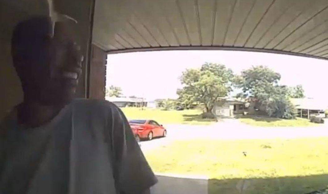 Βίντεο: Δηλητηριώδες φίδι επιτίθεται & τσιμπάει στο πρόσωπο έναν άνδρα καθώς μπαίνει σπίτι του - Κυρίως Φωτογραφία - Gallery - Video