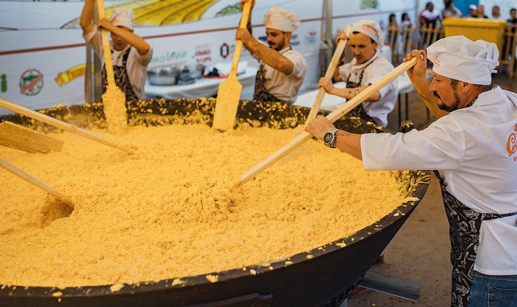 7,020 αυγά για το μεγαλύτερο scrambled eggs πιάτο που έγινε ποτέ! - Ζύγιζαν 483 κιλά - Δείτε φωτό - Κυρίως Φωτογραφία - Gallery - Video