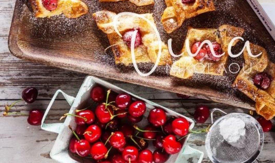 H Ντίνα Νικολάου μας φτιάχνει φανταστικά μίνι σφολιατάκια με τυρί κρέμα και κεράσια! - Κυρίως Φωτογραφία - Gallery - Video