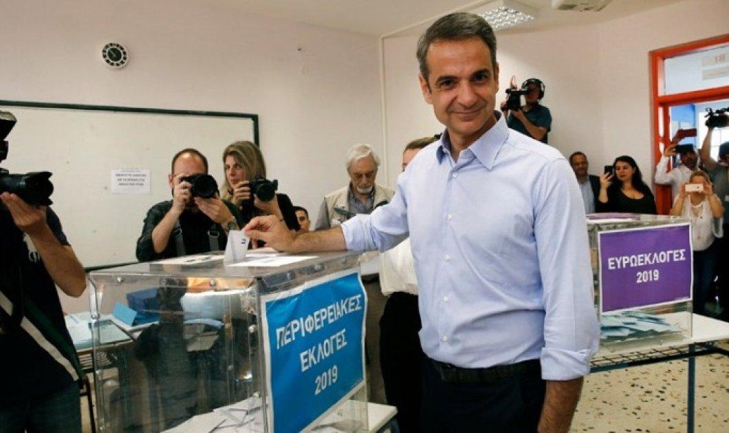 Ιδιαίτερη μέρα για τον Κυριάκο Μητσοτάκη: Στο εκλογικό κέντρο μαζί με το γιο του που ψηφίζει για πρώτη φορά (φώτο-βίντεο) - Κυρίως Φωτογραφία - Gallery - Video
