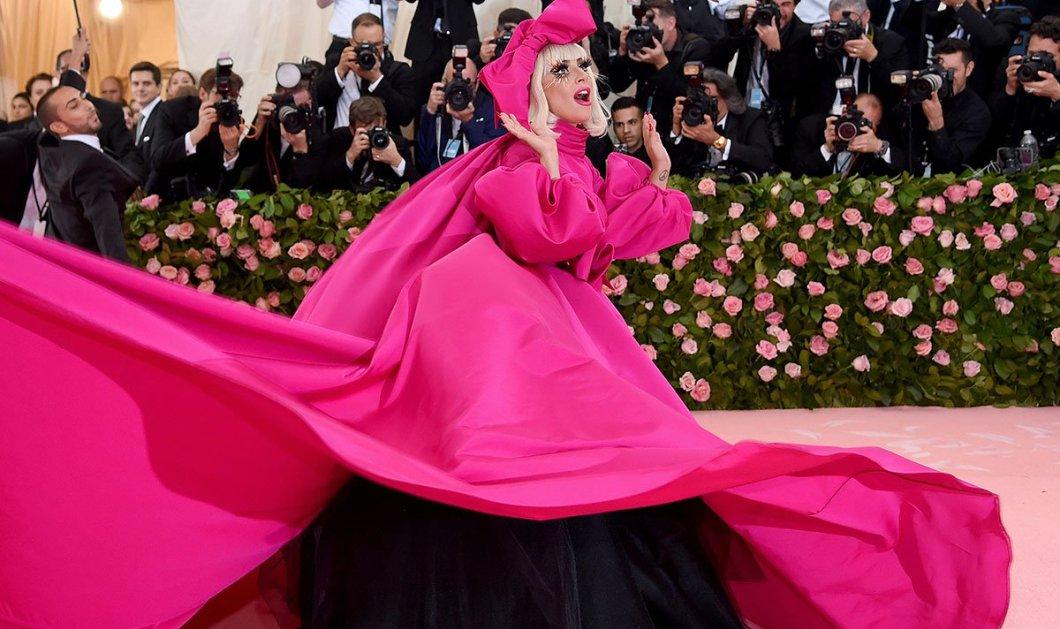 Oι δυσκολίες του Met Gala 2019: Πόσο δύσκολο ήταν να περπατήσει με το φόρεμά της η Lady Gaga – Δείτε το ξεκαρδιστικό βίντεο - Κυρίως Φωτογραφία - Gallery - Video