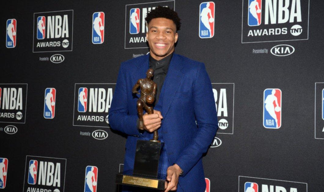 Γιάννης Αντετοκούνμπο, ο Έλληνας: Κλαίει ασταμάτητα παραλαμβάνοντας το βραβείο του πολυτιμότερου παίκτη του NBA (βίντεο) - Κυρίως Φωτογραφία - Gallery - Video