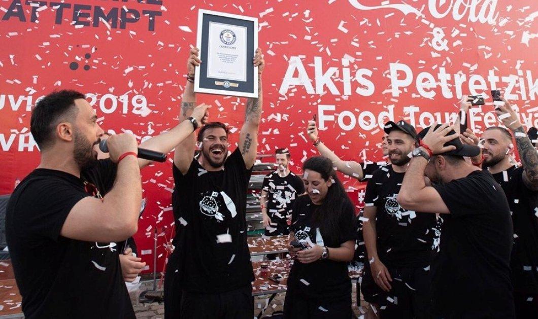 "Good News: Ο ""δικός μας"" Άκης Πετρετζίκης έσπασε παγκόσμιο ρεκόρ & μπήκε στο βιβλίο Γκίνες - Έφτιαξε σε μία ώρα 3.378 hamburgers (φώτο-βίντεο) - Κυρίως Φωτογραφία - Gallery - Video"