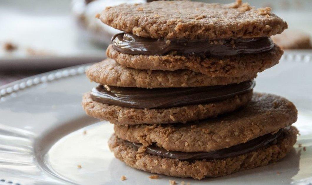 O Άκης Πετρετζίκης δημιουργεί: Μπισκότα φιστικοβούτυρου γεμιστά με πραλίνα σοκολάτας -Είναι από άλλον πλανήτη - Κυρίως Φωτογραφία - Gallery - Video