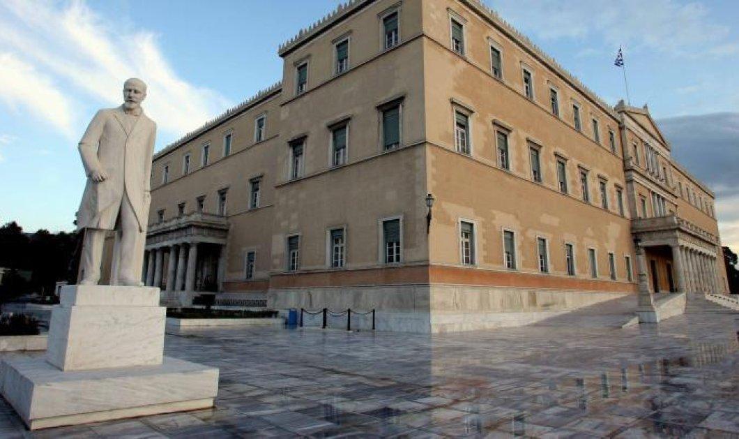 Συναγερμός στη Βουλή: 55χρονος πέταξε γκαζάκια στον προαύλιο χώρο - Ζητούσε συνάντηση με τον Τσίπρα & έναν πεθαμένο (βίντεο) - Κυρίως Φωτογραφία - Gallery - Video