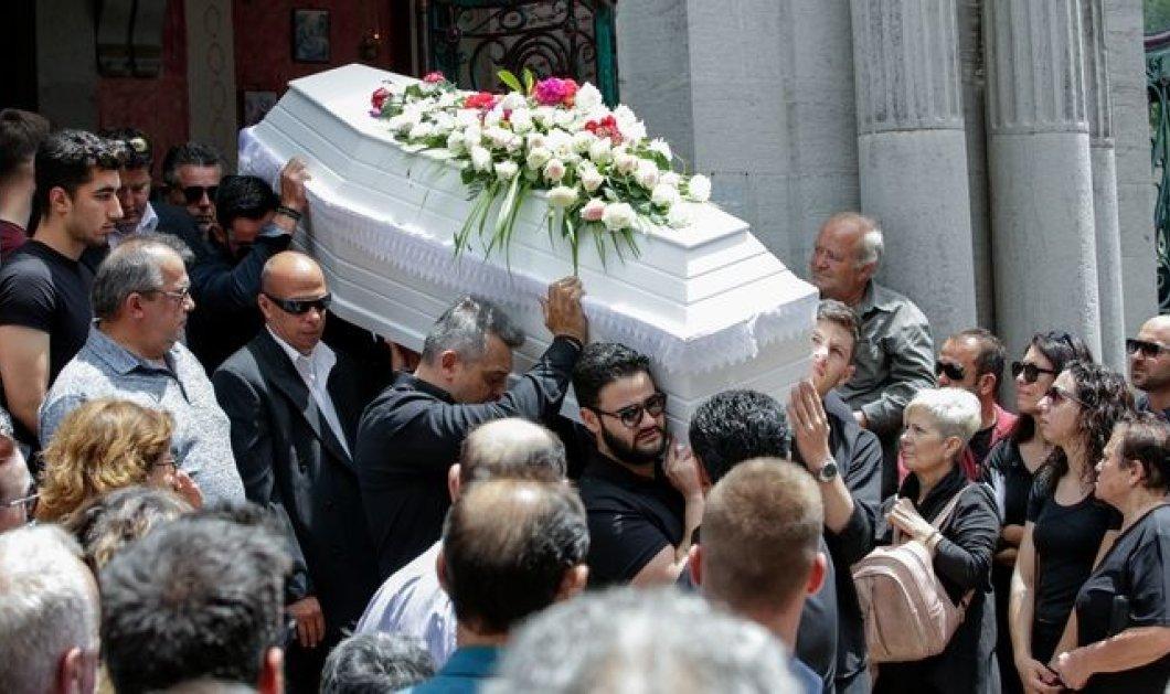 """Πάνος Ζάρλας: Ράγισαν καρδιές στο """"τελευταίο αντίο"""" - Συντετριμμένοι φίλοι & συγγενείς στην κηδεία (φώτο-βίντεο) - Κυρίως Φωτογραφία - Gallery - Video"""