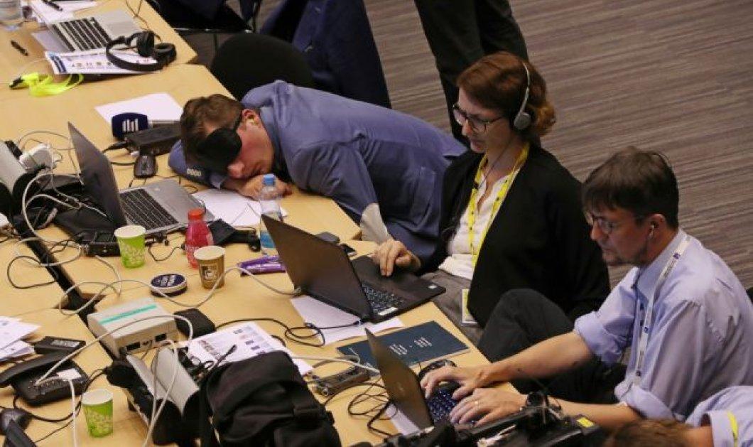 Βρυξέλλες -Σύνοδος Κορυφής: Δημοσιογράφοι κοιμούνται στα laptop , στο πάτωμα , φορούν μάσκες ύπνου (φώτο)  - Κυρίως Φωτογραφία - Gallery - Video