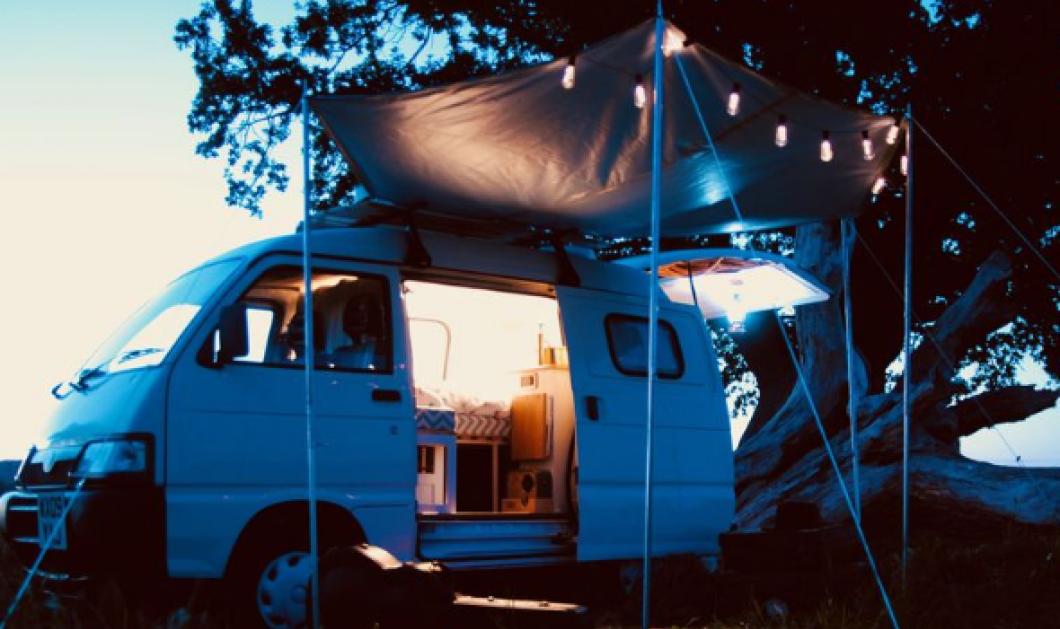 Νιόπαντρο ζευγάρι μετέτρεψε το βαν του σε ένα υπέροχο μικροσκοπικό σπίτι – Θα το λατρέψετε (φωτό) - Κυρίως Φωτογραφία - Gallery - Video