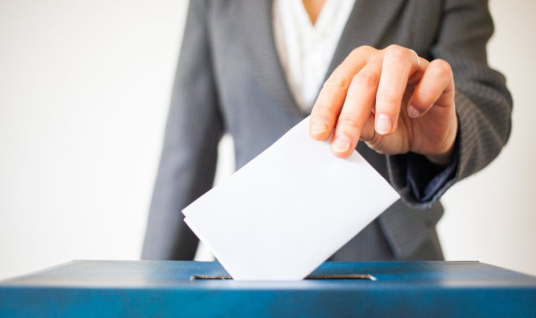 Αναρχικοί εισέβαλαν σε εκλογικό τμήμα στα Εξάρχεια και έκλεψαν την κάλπη! - Ανθρωποκυνηγητό από τους αστυνομικούς  - Κυρίως Φωτογραφία - Gallery - Video