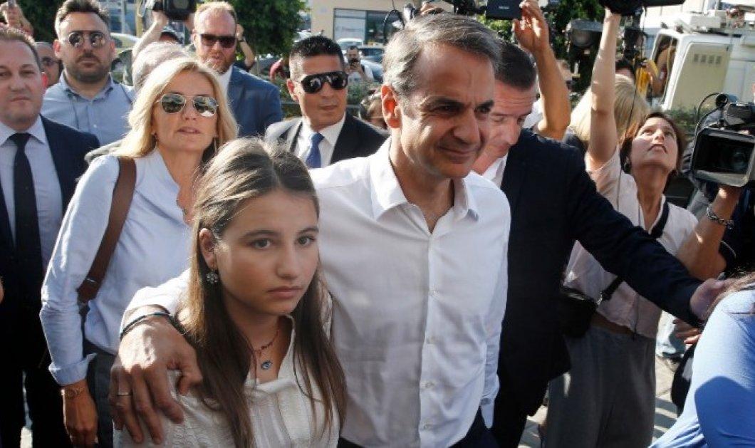 Στην Πειραιώς ο Κυριάκος Μητσοτάκης - Παρακολουθεί τα αποτελέσματα με την κόρη του Δάφνη & τη Μαρέβα (βίντεο) - Κυρίως Φωτογραφία - Gallery - Video