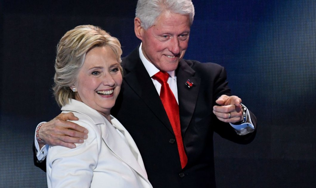 Ο Μπιλ Κλίντον χύμα στην πολυθρόνα με μπλε φόρεμα & κόκκινες γόβες - Ο πίνακας που βρέθηκε στο σπίτι του Τζέφρι Επστάιν (φώτο) - Κυρίως Φωτογραφία - Gallery - Video
