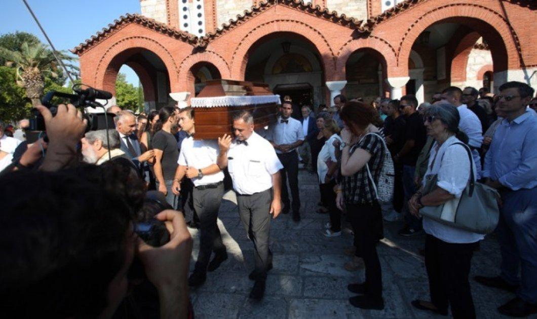 """Σε κλίμα συγκίνησης το """"τελευταίο αντίο"""" στον ήρωα ψαρά Κώστα Αρβανίτη - Πλήθος κόσμου αποχαιρέτησε τον άνθρωπο που έσωσε δεκάδες ζωές στο Μάτι (φώτο) - Κυρίως Φωτογραφία - Gallery - Video"""
