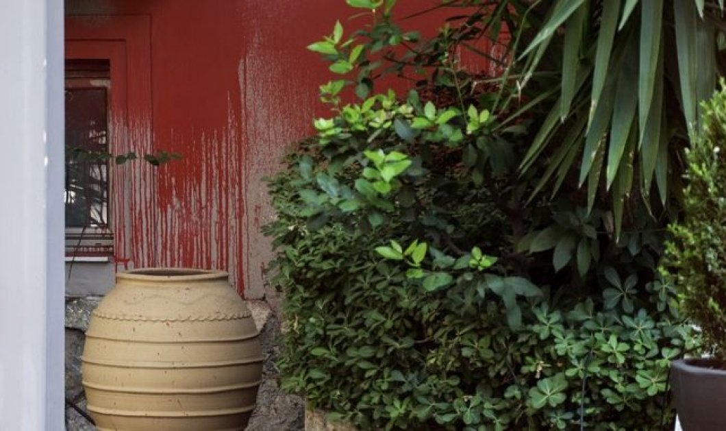 Ο Ρουβίκωνας ξανά χτυπά: Mε μπογιές στο εστιατόριο του Μποτρίνι στο Χαλάνδρι  - Κυρίως Φωτογραφία - Gallery - Video