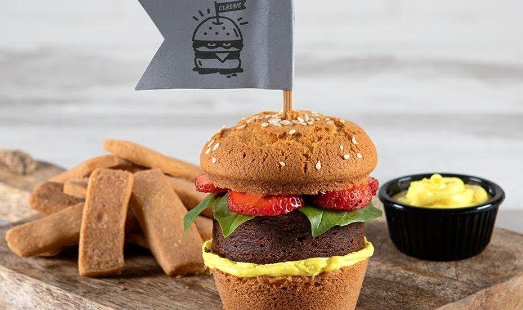 Ο  Άκης Πετρετζίκης μας «σκοτώνει» γλυκά με τον πιο ευφάνταστο τρόπο - Μας φτιάχνει cupcake burger (βίντεο) - Κυρίως Φωτογραφία - Gallery - Video