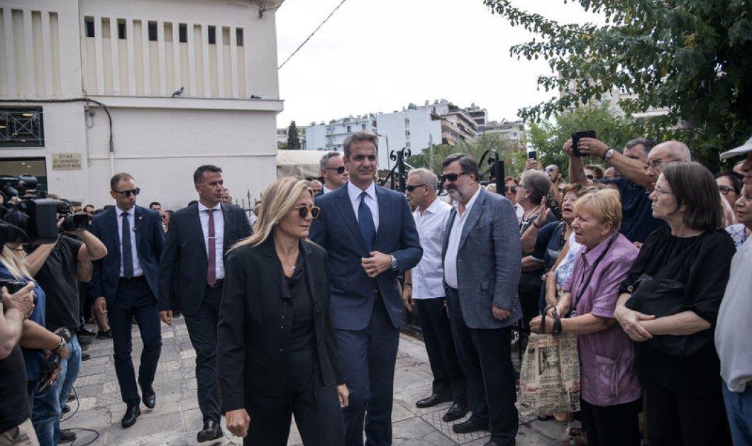 """""""Άπαντες παρόντες"""" στο """"τελευταίο αντίο"""" στον Λαυρέντη Μαχαιρίτσα - Ο πρωθυπουργός & η σύζυγος του - Όλος ο καλλιτεχνικός κόσμος (φώτο) - Κυρίως Φωτογραφία - Gallery - Video"""