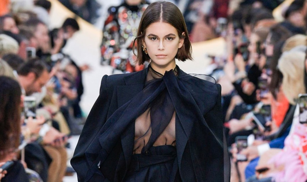 Kaia Gerber: Από τον Valentino ως τον Givenchy η κόρη της Σίντι Κρόφορντ είναι πια η βασίλισσα της πασαρέλας (φωτό) - Κυρίως Φωτογραφία - Gallery - Video