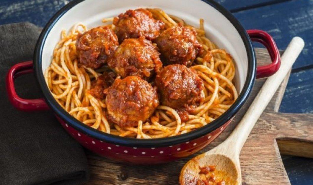 Η Αργυρώ Μπαρμπαρίγου αποθεώνει τη γεύση: Μίνι κεφτεδάκια με σπαγγετίνι και σάλτσα ντομάτας - Κυρίως Φωτογραφία - Gallery - Video