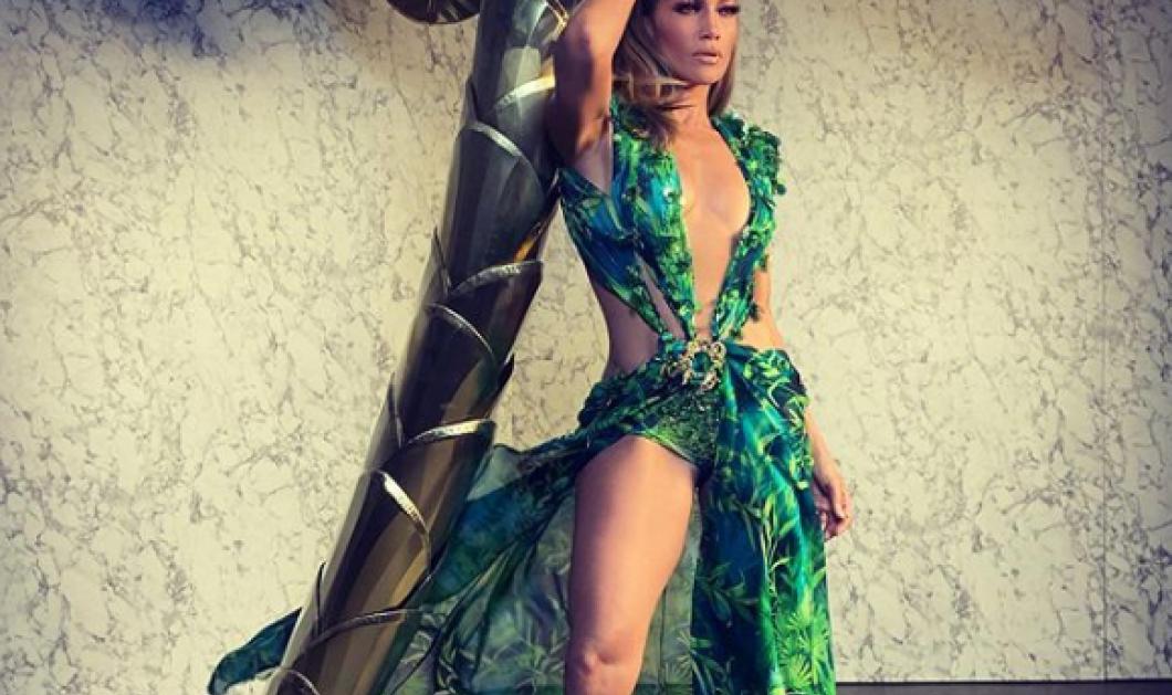 Η ιστορική εμφάνιση της Τζένιφερ Λόπεζ με το Jungle Dress – Πασαρέλα του Versace 20 χρόνια μετά! (φωτό – βίντεο)  - Κυρίως Φωτογραφία - Gallery - Video
