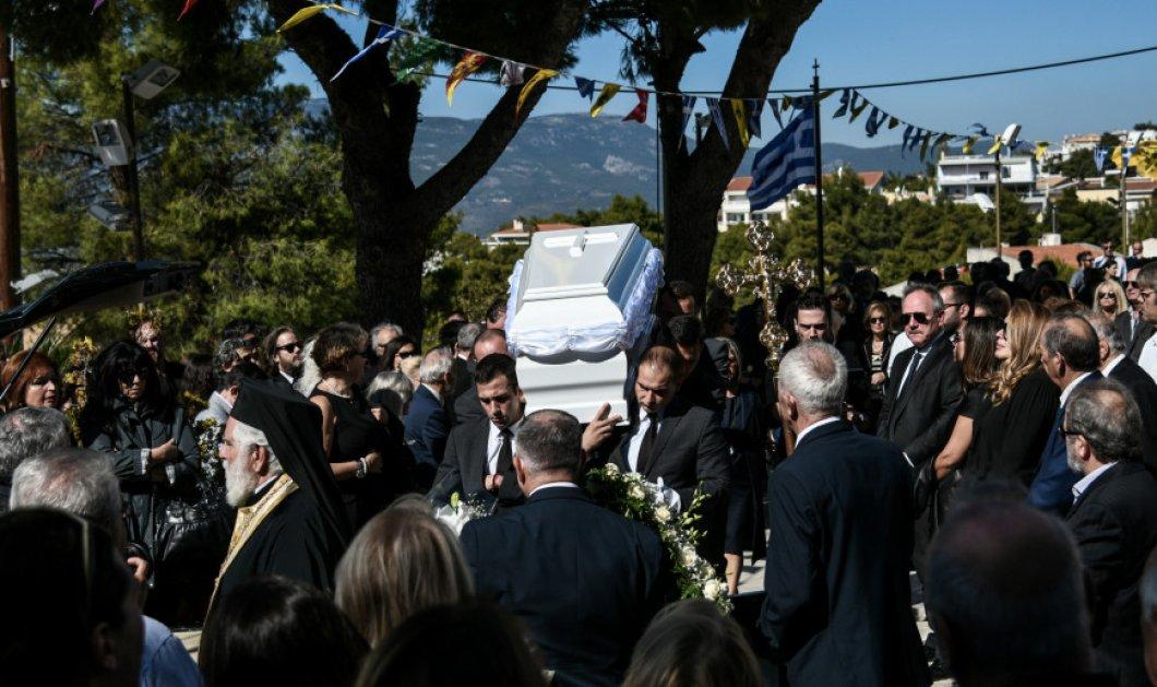 """Πλήθος κόσμου στην κηδεία της Σοφίας Κοκοσαλάκη - Συντριβή & οδύνη στο """"τελευταίο αντίο"""" στη διεθνή σχεδιάστρια (φώτο) - Κυρίως Φωτογραφία - Gallery - Video"""