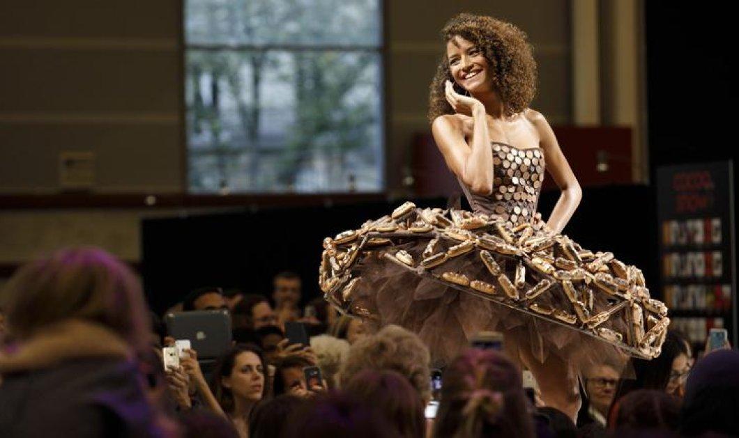 Υψηλή ραπτική για... φάγωμα - Δείτε τα μοντέλα να φοράνε εντυπωσιακά φορέματα από σοκολάτα στο Παρίσι (φώτο-βίντεο) - Κυρίως Φωτογραφία - Gallery - Video