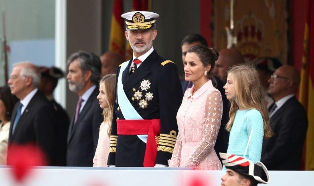 Η Βασίλισσα Λετίσια με υπέροχο, ρομαντικό ροζ φόρεμα για την Εθνική Ημέρα της Ισπανίας – Πλάι στον σύζυγό της Φελίπε & τις κόρες της - Κυρίως Φωτογραφία - Gallery - Video