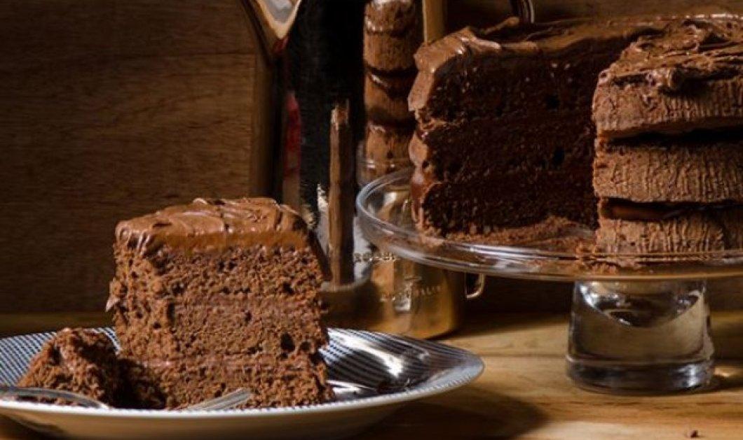 Στέλιος Παρλιάρος: Μας φτιάχνει ένα λαχταριστό γλυκό - Κέικ σοκολάτας γεμιστό με τσοκοπάστα - Κυρίως Φωτογραφία - Gallery - Video