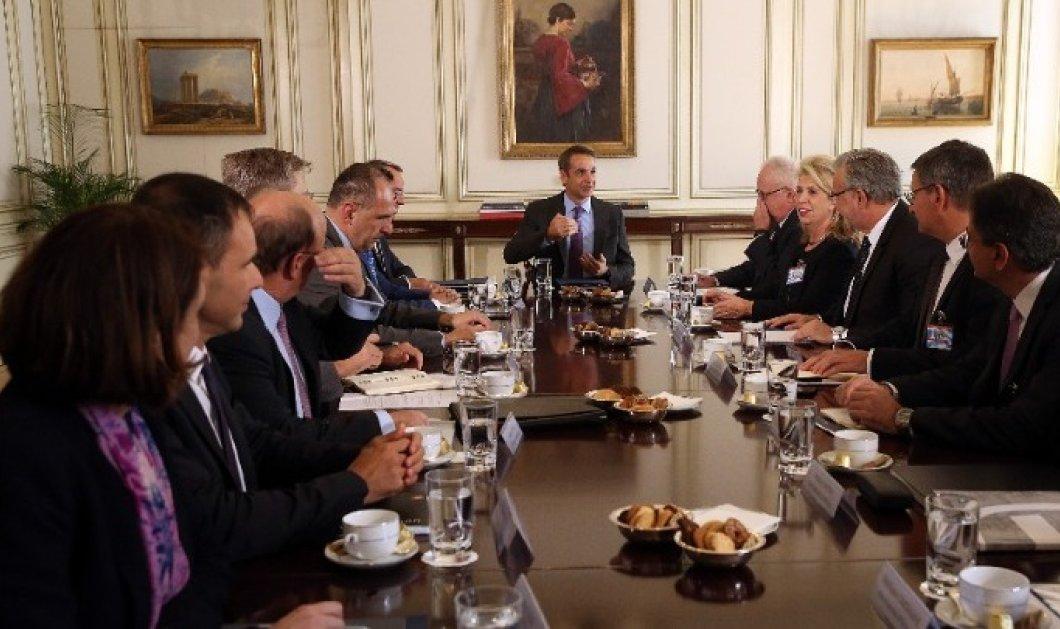 """Κυρ. Μητσοτάκης: """"Δεν μπορούμε να δεχθούμε μεγάλες χρεώσεις στις ψηφιακές συναλλαγές"""" - Τι συμφώνησε ο πρωθυπουργός με τους τραπεζίτες στο Μαξίμου  - Κυρίως Φωτογραφία - Gallery - Video"""
