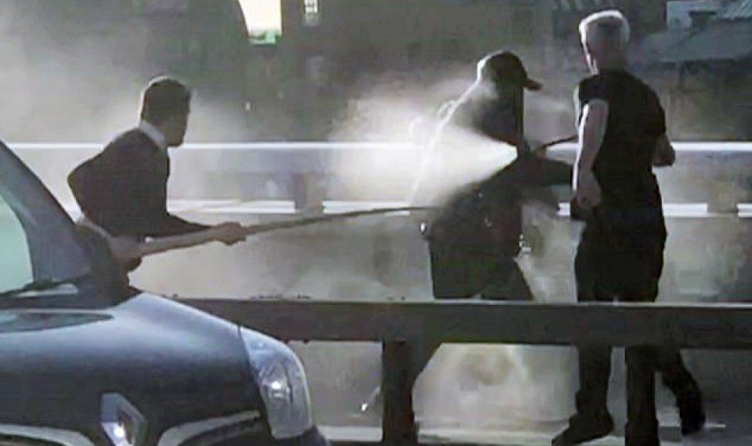 Αποκλειστικό βίντεο: Η στιγμή που δύο περαστικοί ακινητοποίησαν με πυροσβεστήρα νερού τον τρομοκράτη - μαχαιροβγάλτη στην γέφυρα του Λονδίνου - Κυρίως Φωτογραφία - Gallery - Video