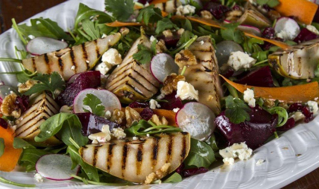 Ο Άκης Πετρετζίκης φτιάχνει φανταστική χειμωνιάτικη σαλάτα με αχλάδια &  blue cheese - Θα εντυπωσιάσει στα επίσημα τραπέζια - Κυρίως Φωτογραφία - Gallery - Video