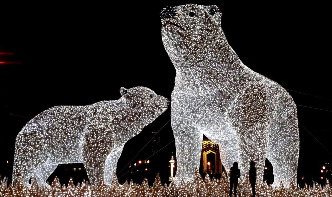 Ας πάμε για λίγο στη παγωμένη Μόσχα: Φαντασμαγορικές - φωτισμένες πολικές αρκούδες από κρύσταλλο γλυπτό  - Κυρίως Φωτογραφία - Gallery - Video