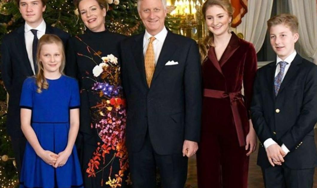 Ο βασιλιάς Φίλιππος & η βασίλισσα Ματθίλδη του Βελγίου μαζί με τα παιδιά τους σε Χριστουγεννιάτικες εμφανίσεις: Βελούδα - καπέλα & σιφόν - Κυρίως Φωτογραφία - Gallery - Video