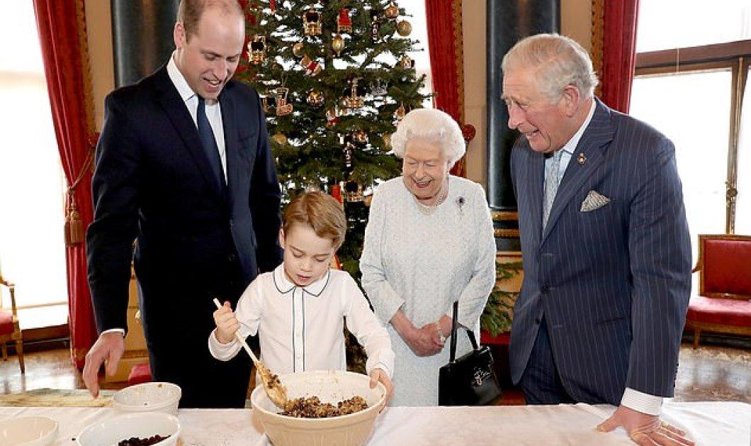 Ο μικρός πρίγκιπας Τζορτζ μαγειρεύει με την Βασίλισσα Ελισάβετ - Τέσσερις γενιές της βασιλικής οικογένειας ετοιμάζουν χριστουγεννιάτικες πουτίγκες (φώτο) - Κυρίως Φωτογραφία - Gallery - Video