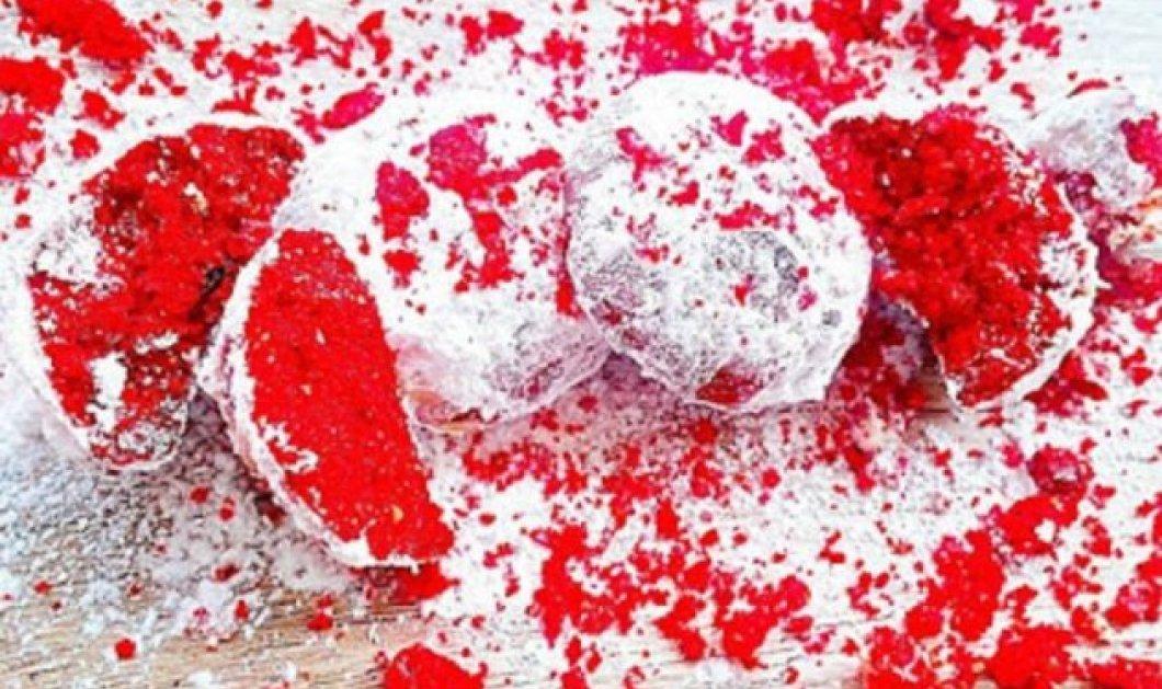 Κόκκινος κουραμπιές! Η Αργυρώ Μπαρμπαρίγου σε μια επαναστατική συνταγή: Από τον... χιονάτο στον κουραμπιέ-φωτιά - Κυρίως Φωτογραφία - Gallery - Video