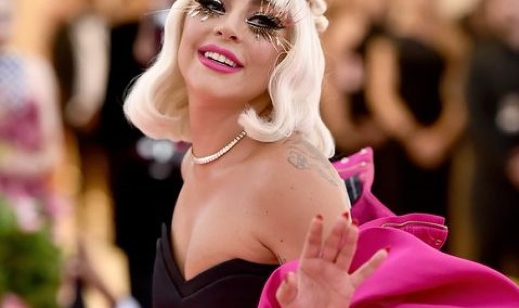 ΗLady Gaga γιορτάζει τα Χριστούγεννα με ουίσκι, ψεύτικη γούνα & γυαλιά - Φώτο - Κυρίως Φωτογραφία - Gallery - Video