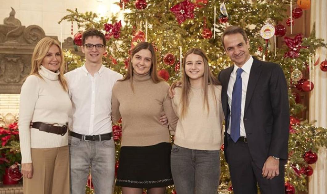 Ο Πρωθυπουργός εύχεται μπροστά στο δένδρο με την Μαρεβα & τα 3 τους παιδιά- Φώτο - Κυρίως Φωτογραφία - Gallery - Video